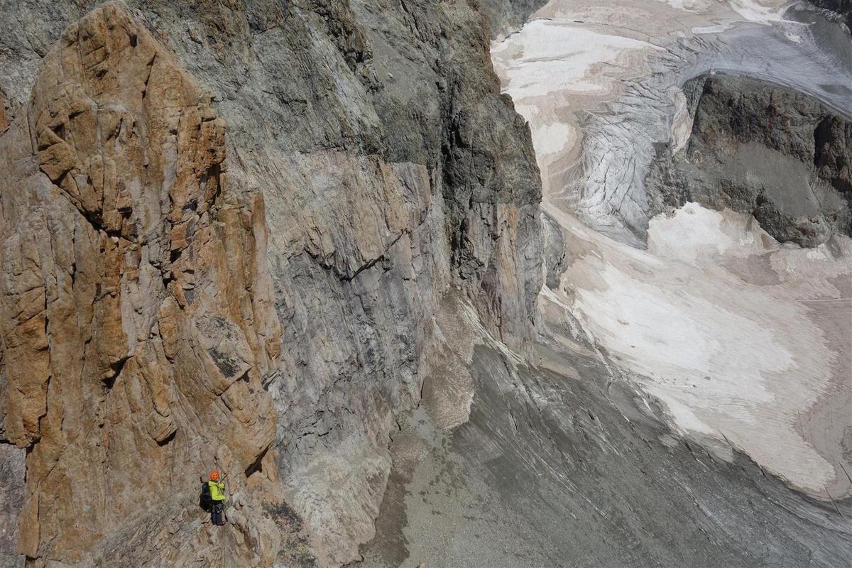 ... et en contre-plongée vers les courbes du granite !