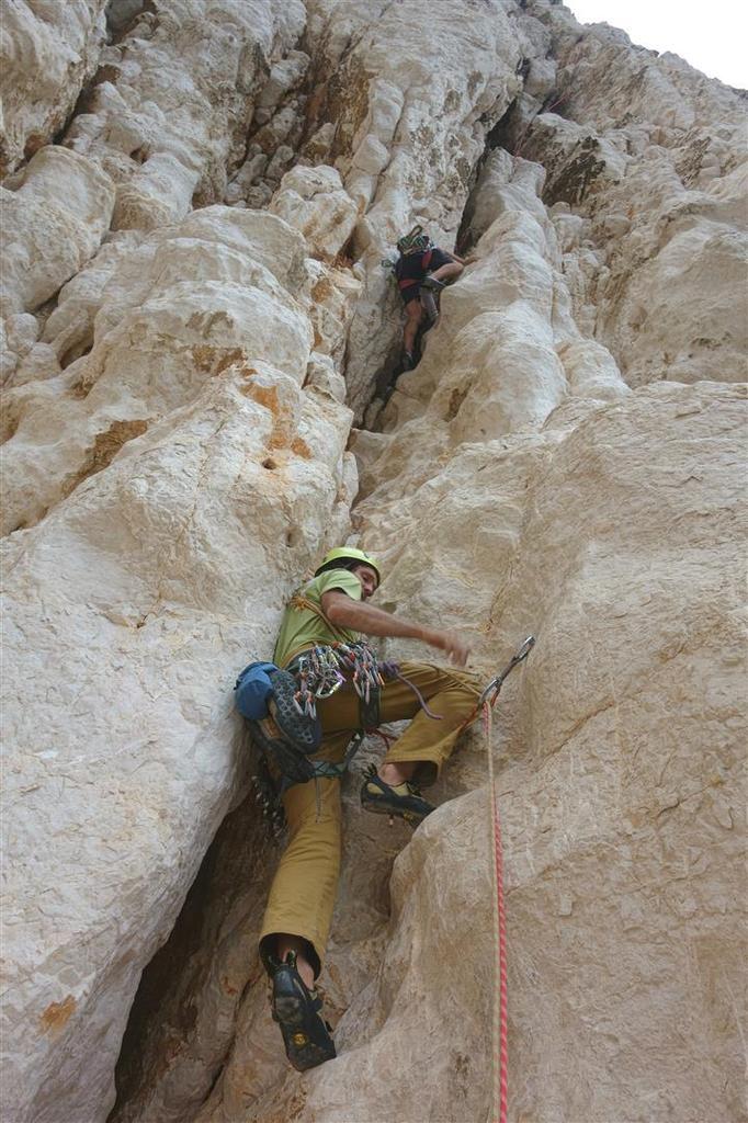 dans la non-moins belle L6 en fissure-cheminée spéléo dans un rocher baroque, hissage de sac conseillé dans l'étroiture !