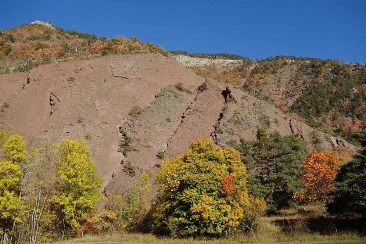 dalle de rocher rouge sous le village d'Esparron la Bâtie, un petit air de gorges du Cians