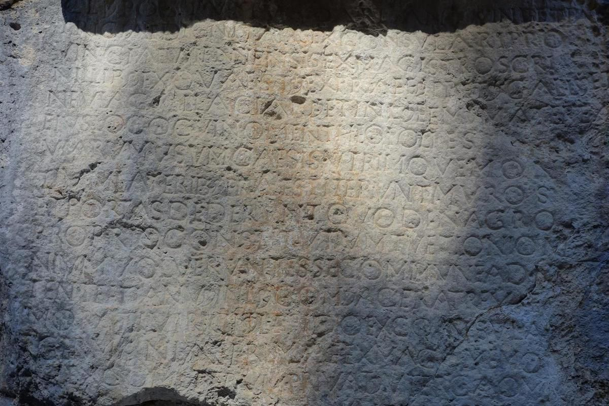 la Pierre Ecrite près de Sisteron et ses inscriptions romaines