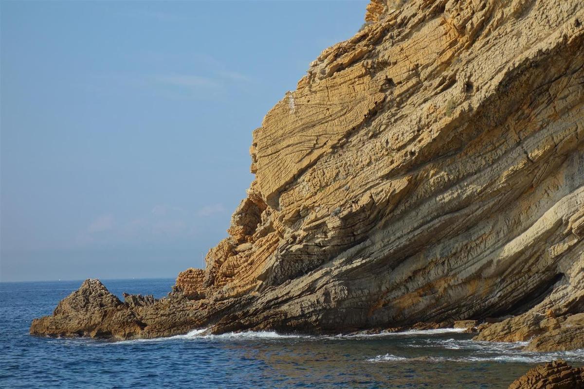 les veines et couches de grès ocre dans les marnes grises