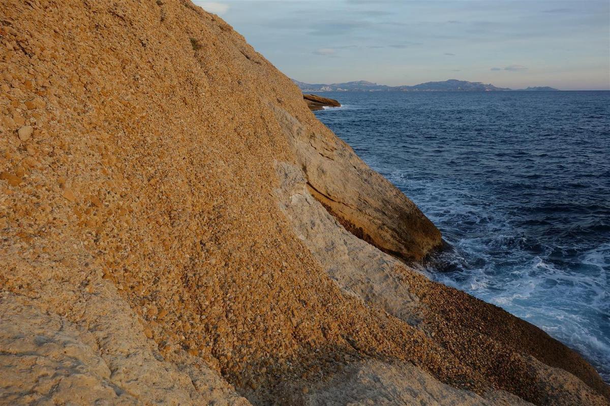 sur la géologie insolite de la calanque du Puy (ou du Puits)