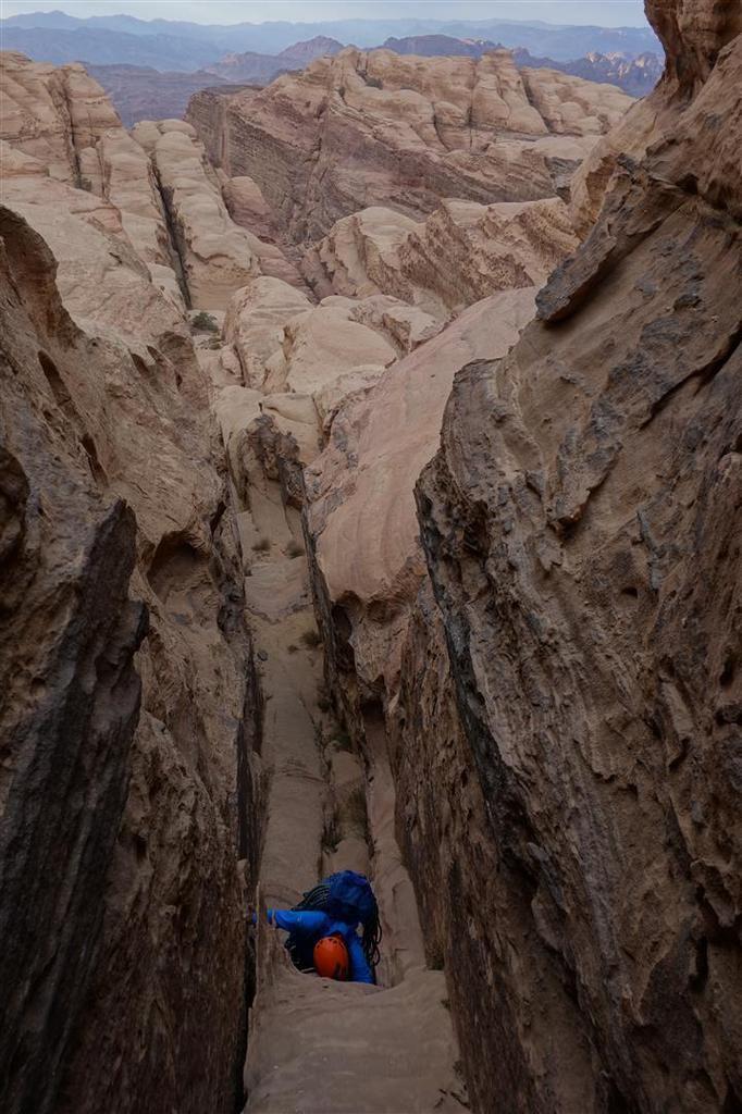 sur le désert sommital de dômes et de canyons de grès