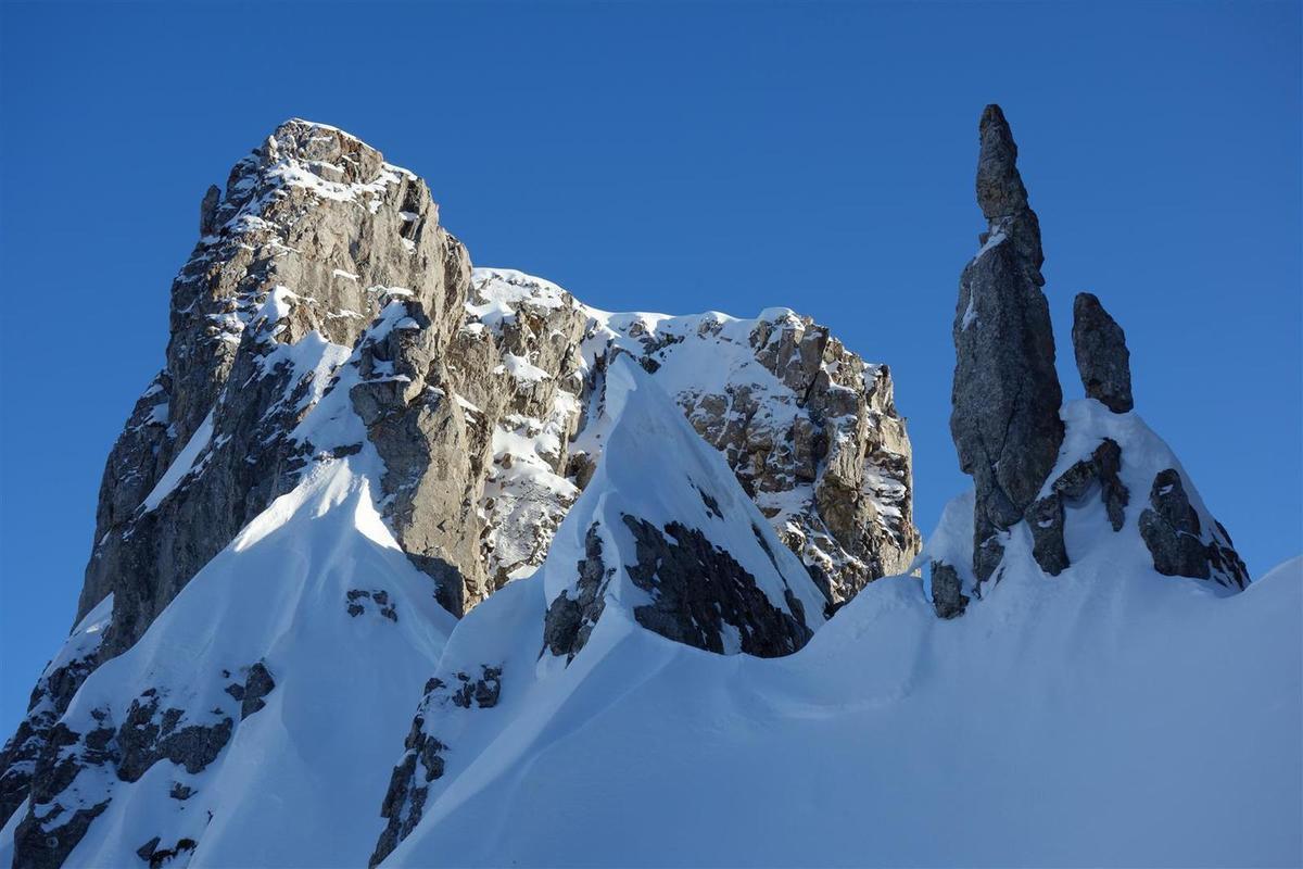 à la montée... ambiance alpine en crampons skis sur le sac