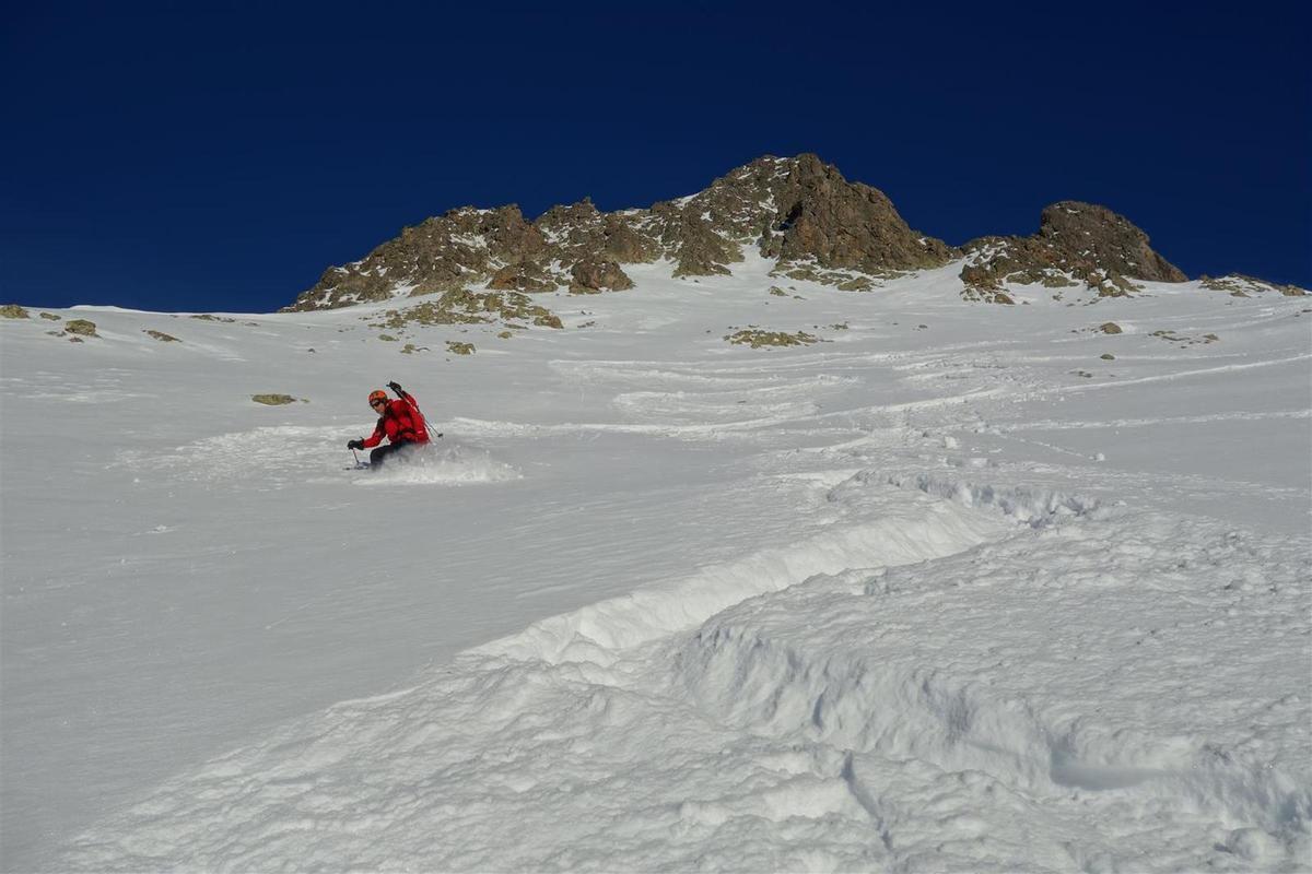 premiers virages dans une neige fraîche épaisse au soleil...