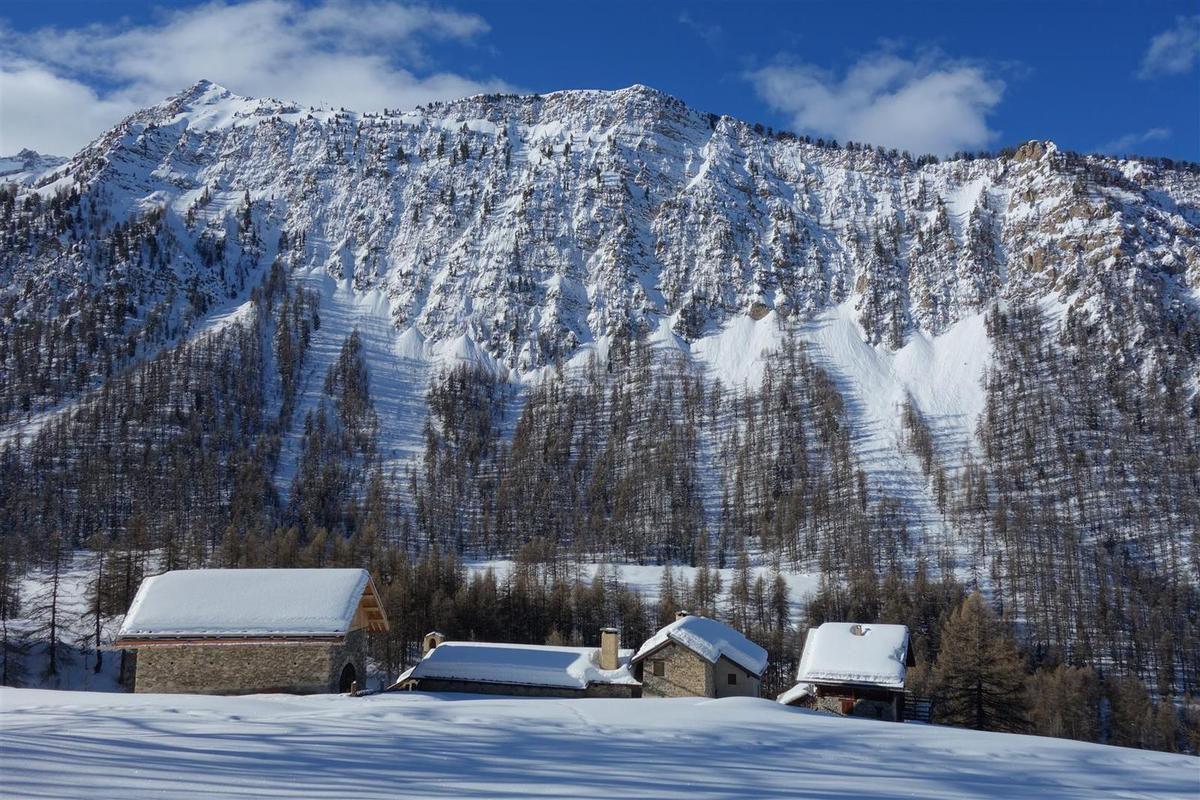 le hameau de la Riaille sous la crête de Coste Belle