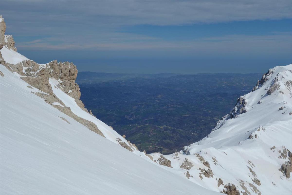 arrivée au sommet, vue sur l'Adriatique et les rochers givrés