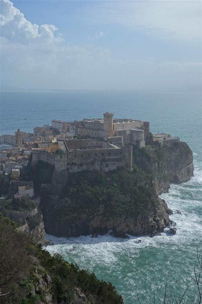 vue sur le vieux village de Gaeta sur son rocher