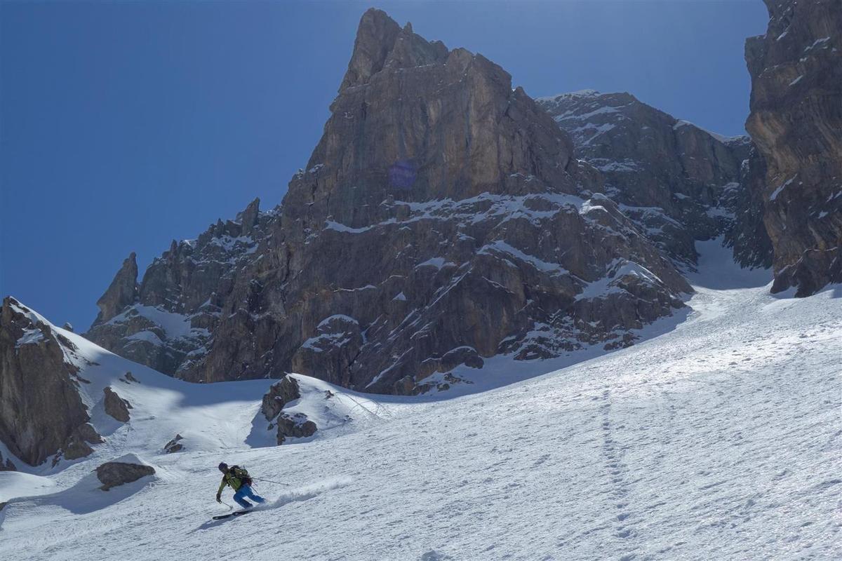 J2 :  dans la descente du couloir, en poudreuse tassée, puis des pentes inférieures, en neige de printemps à point à 13h