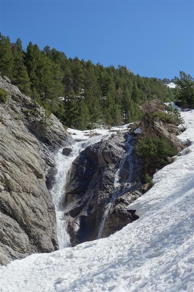 J2 : ski de combat en bas du vallon d'Aval, neige pourrie sur toute son épaisseur et torrent en crue...