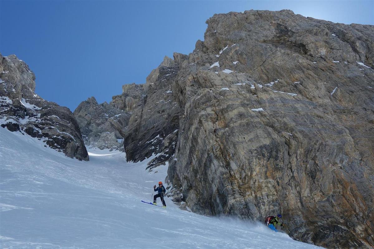 J1 : descente à skis du bas du couloir nord, puis du bas du Bujon, encore de la poudreuse en cette fin avril estivale...