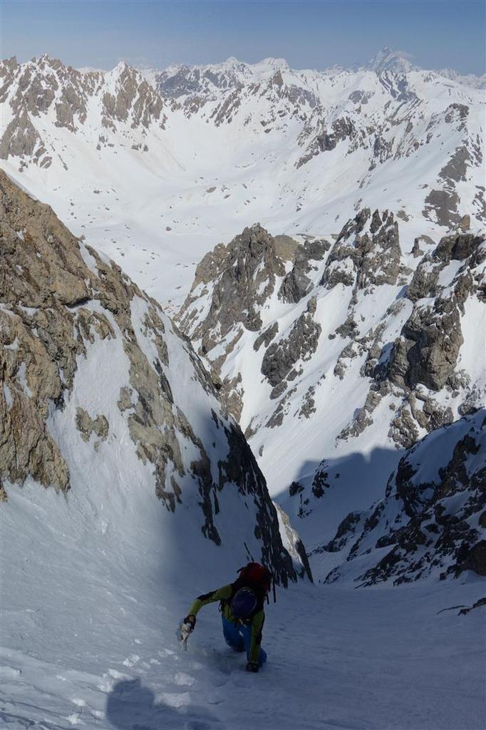 J1 : montée du couloir nord, et ses 200 mètres à 50°, et arrêt à la selle juste sous la sortie sur le plateau sommital (au-delà traversée exposée puis couloir à 55° au-dessus de 200 mètres de falaise !)