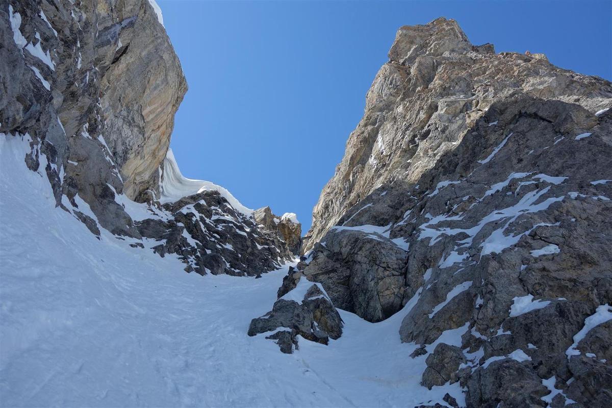 J2 : remontée dans un couloir nord-ouest de la Souvagéa, arrêt sous la corniche déversante, vue vers les rochers du Pas de l'Ouléta et de l'Aiguille Grande