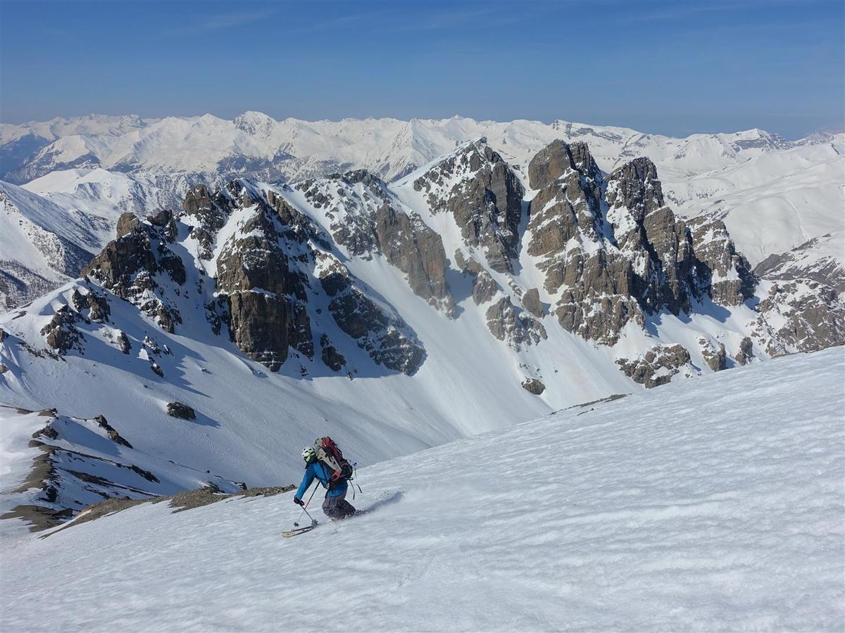J2 : dans la descente de la croupe sud-ouest de la pointe de Chauvet, puis du haut  du vallon d'Aval, ambiance dolomitique sous les tours rocheuses