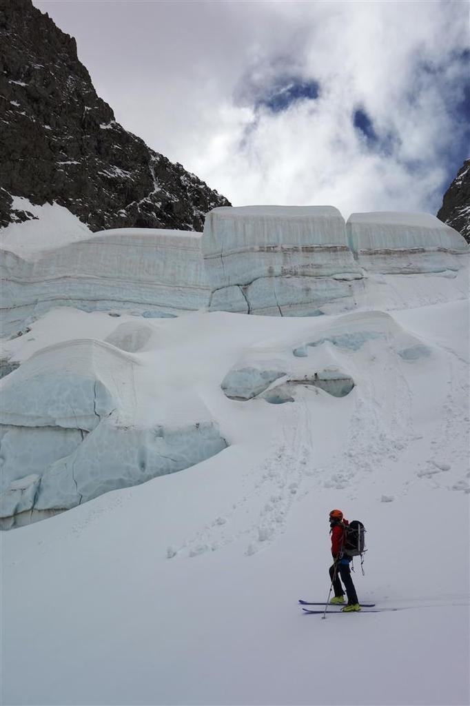 """J1 : dans la descente du glacier du Petit Chardon, """"Petit"""" mais bien actif, séracs et crevasses à profusion !"""
