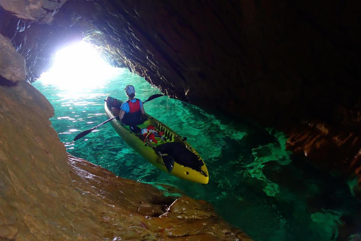 dans la grotte marine de Méjean