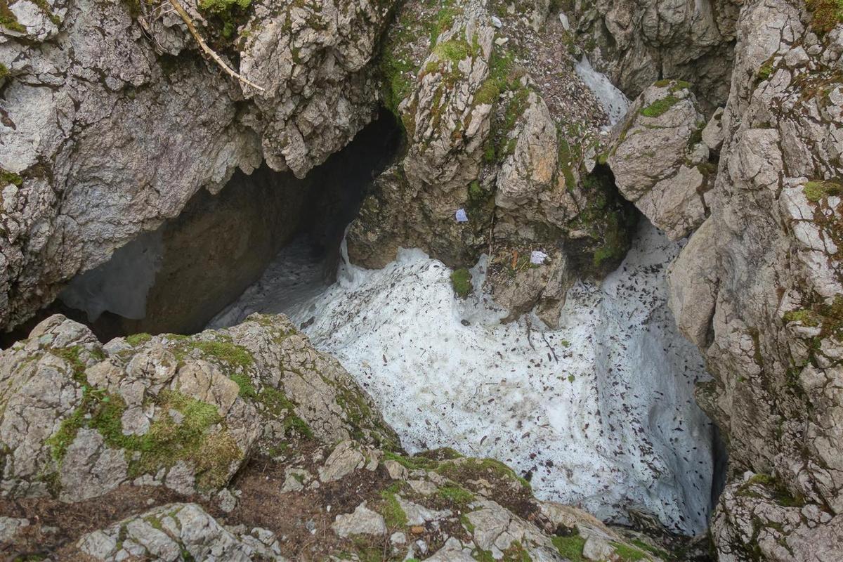 le trou et son névé permanent, surprenant à 1500 m d'altitude !