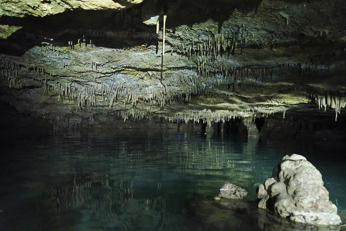dans la très belle grotte marine semi-immergée