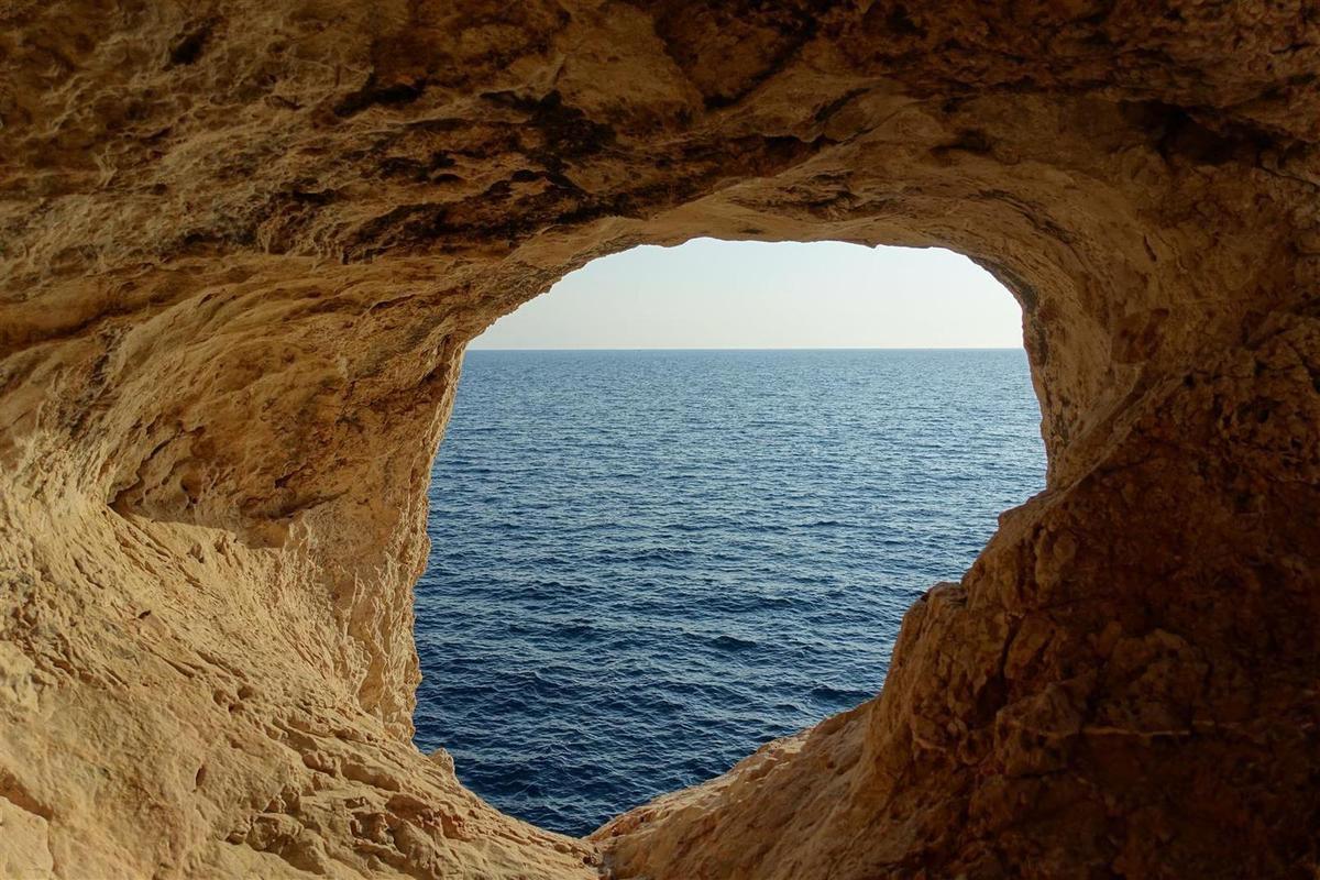 ... une grotte et son système de fenêtres au-dessus de la mer