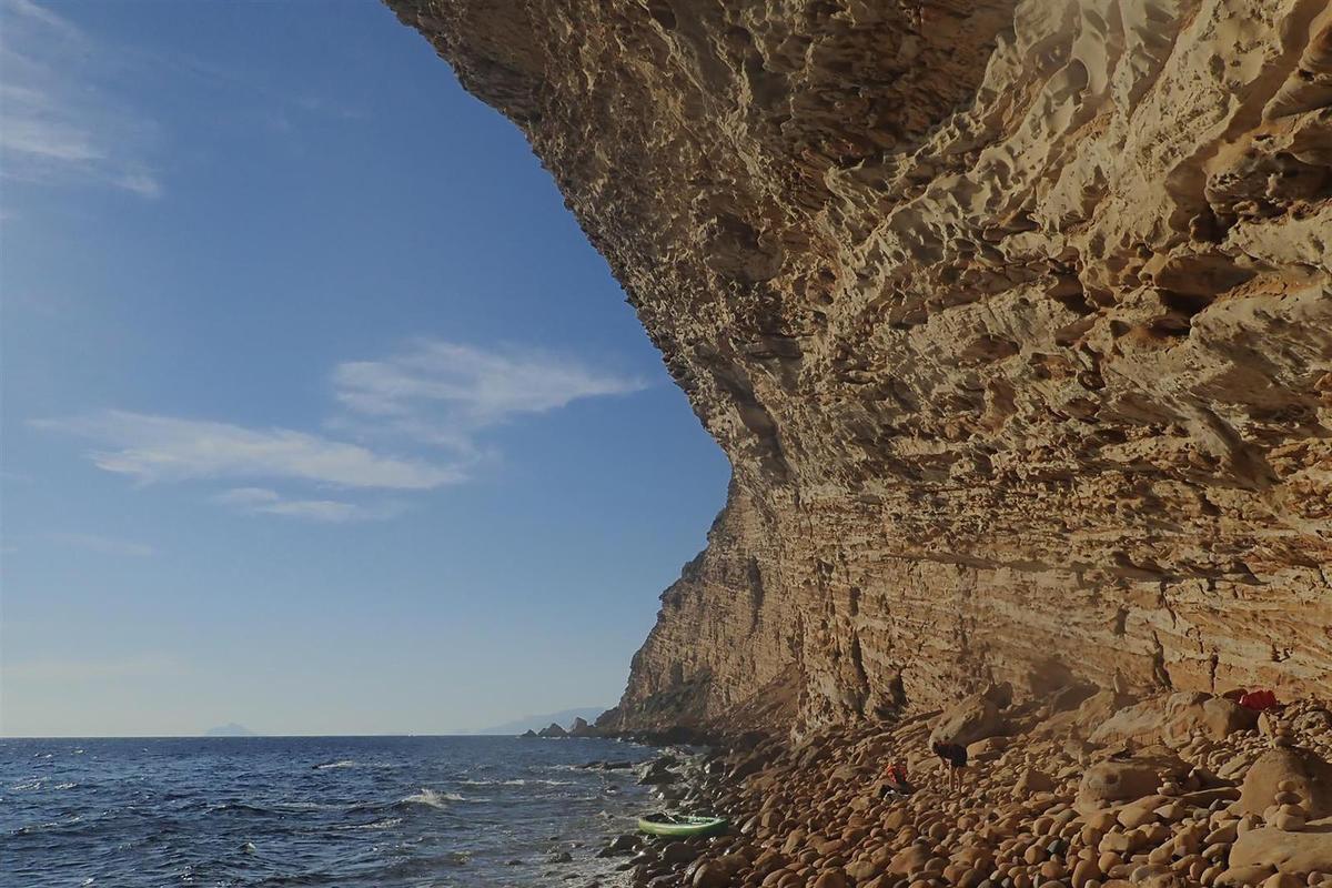 la plage de galets sise sous les surplombs de l'arche du prophète