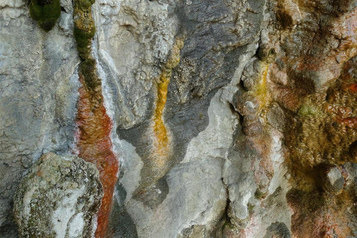 ... et ses formations de calcite et de marnes multicolores