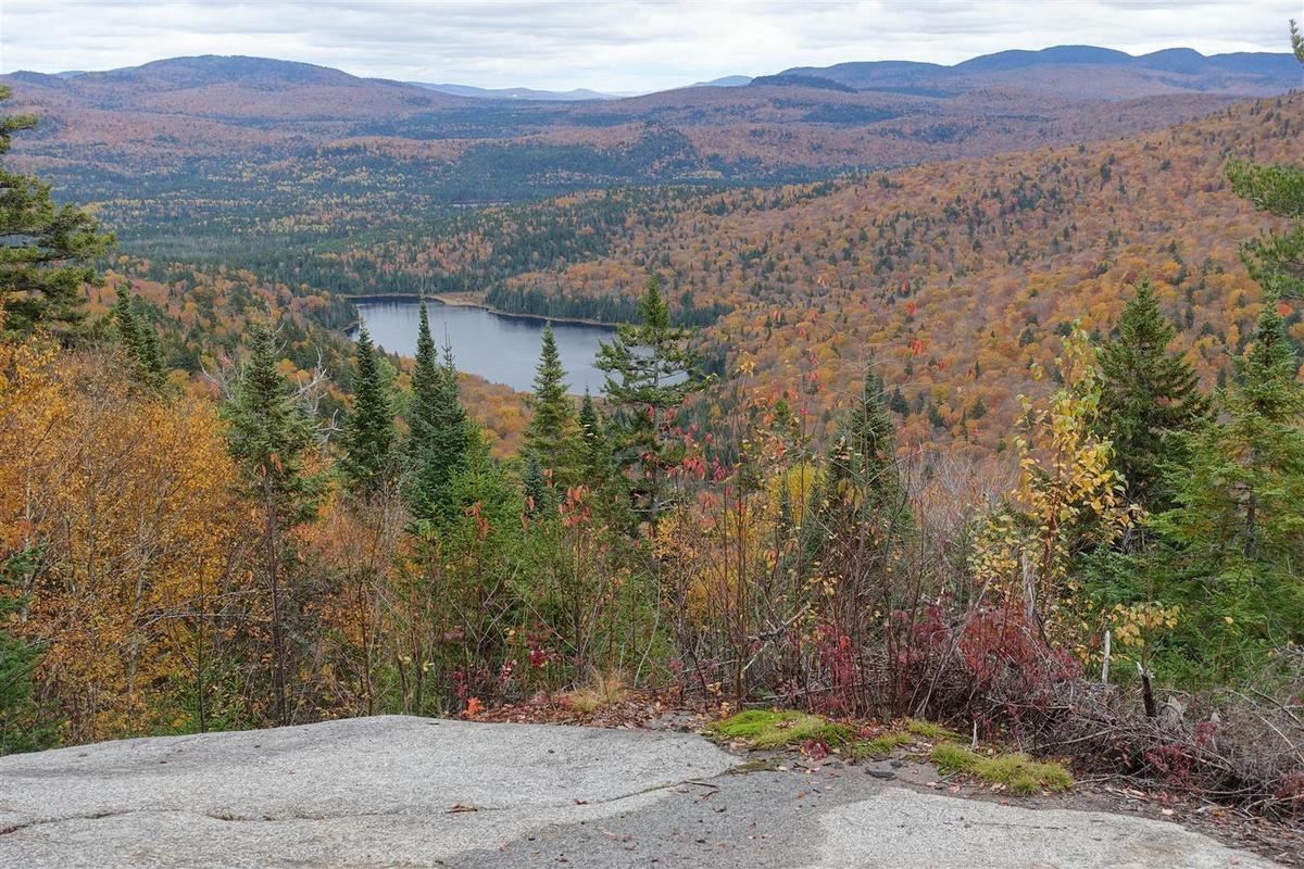 randonnée sur le sentier du centenaire, entre érables, lacs, escarpements granitiques et plages au bord de rivière