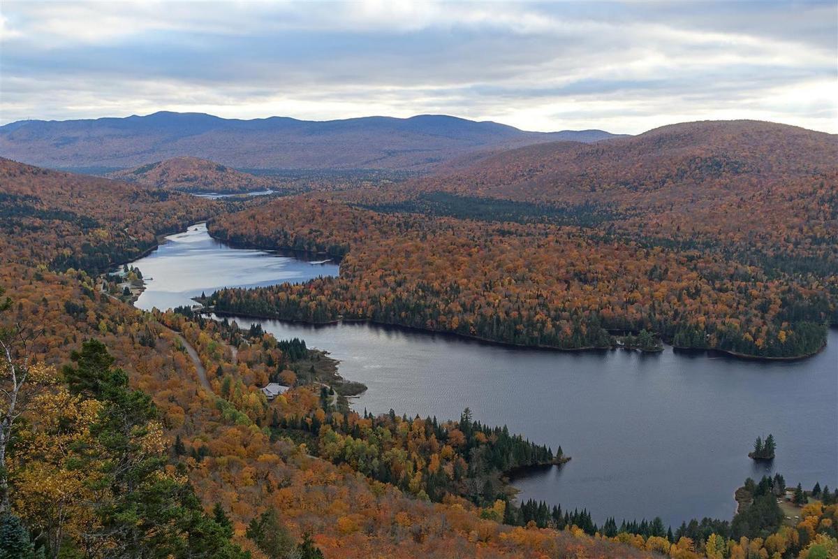 vue du belvédère du Rocher sur le lac Monroe