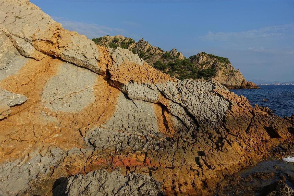 la calanque des Anthénors et les criques d'Ensuès : de petites plages confidentielles , aux belles couleurs entre marnes grises et grès oranges