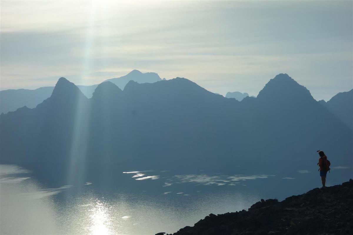 J2 : au réveil, les sommets jumeaux du Jabal Shamm au soleil levant et les pics du Jabal Eleben depuis l'isthme de Maqlab