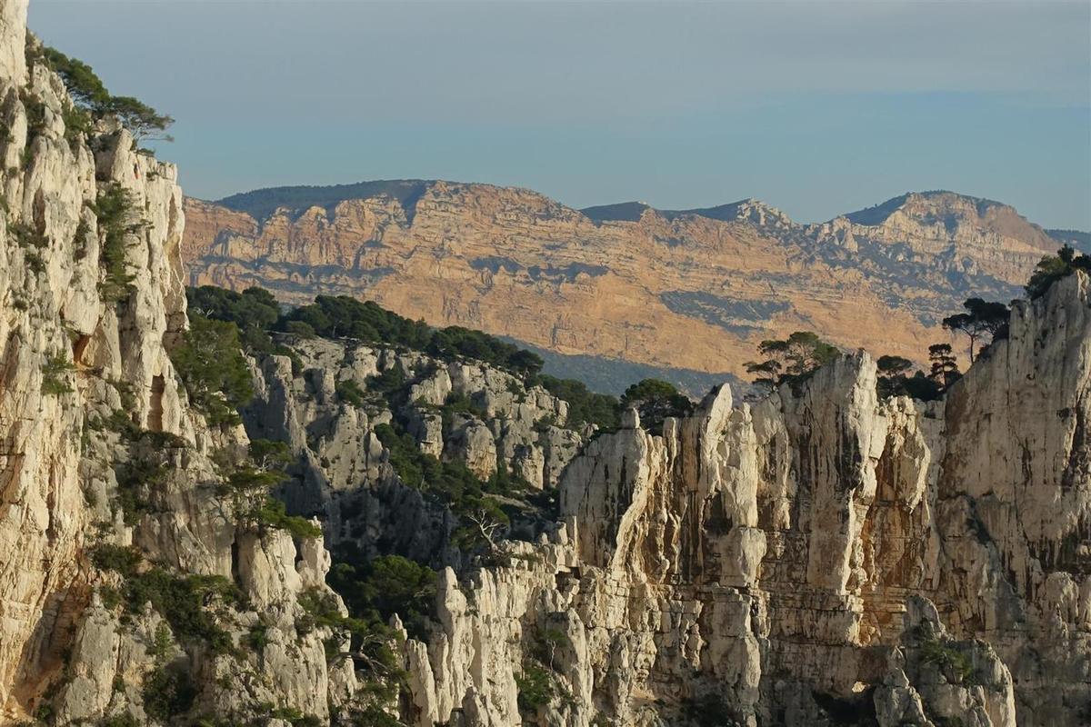vue vers les soubeyrannes derrière Castelvieil et la brèche éponyme