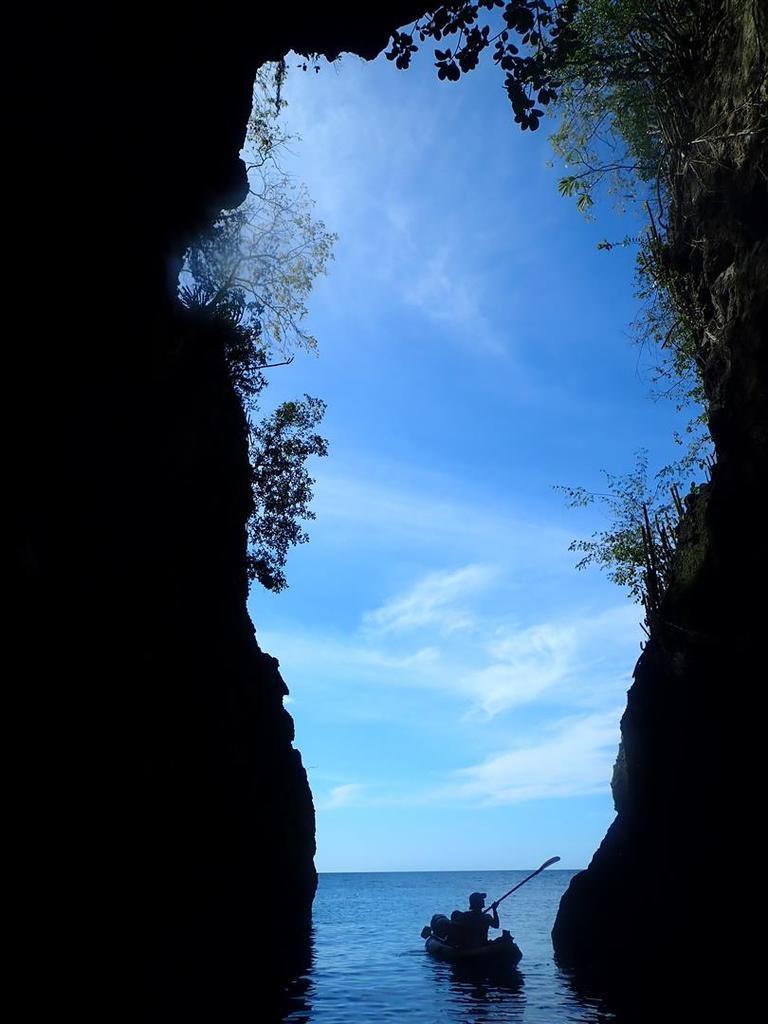 """le 9 janvier : tour en kayak au départ de l'Anse Noire, dans """"la grotte aux chauve-souris"""""""