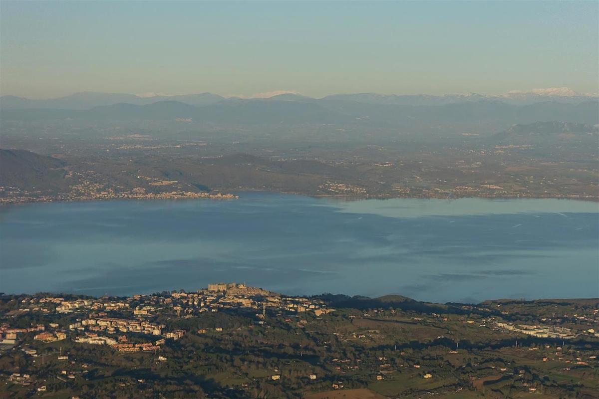 le 15 janvier : Bracciano devant son lac éponyme et les Abruzzes au fond