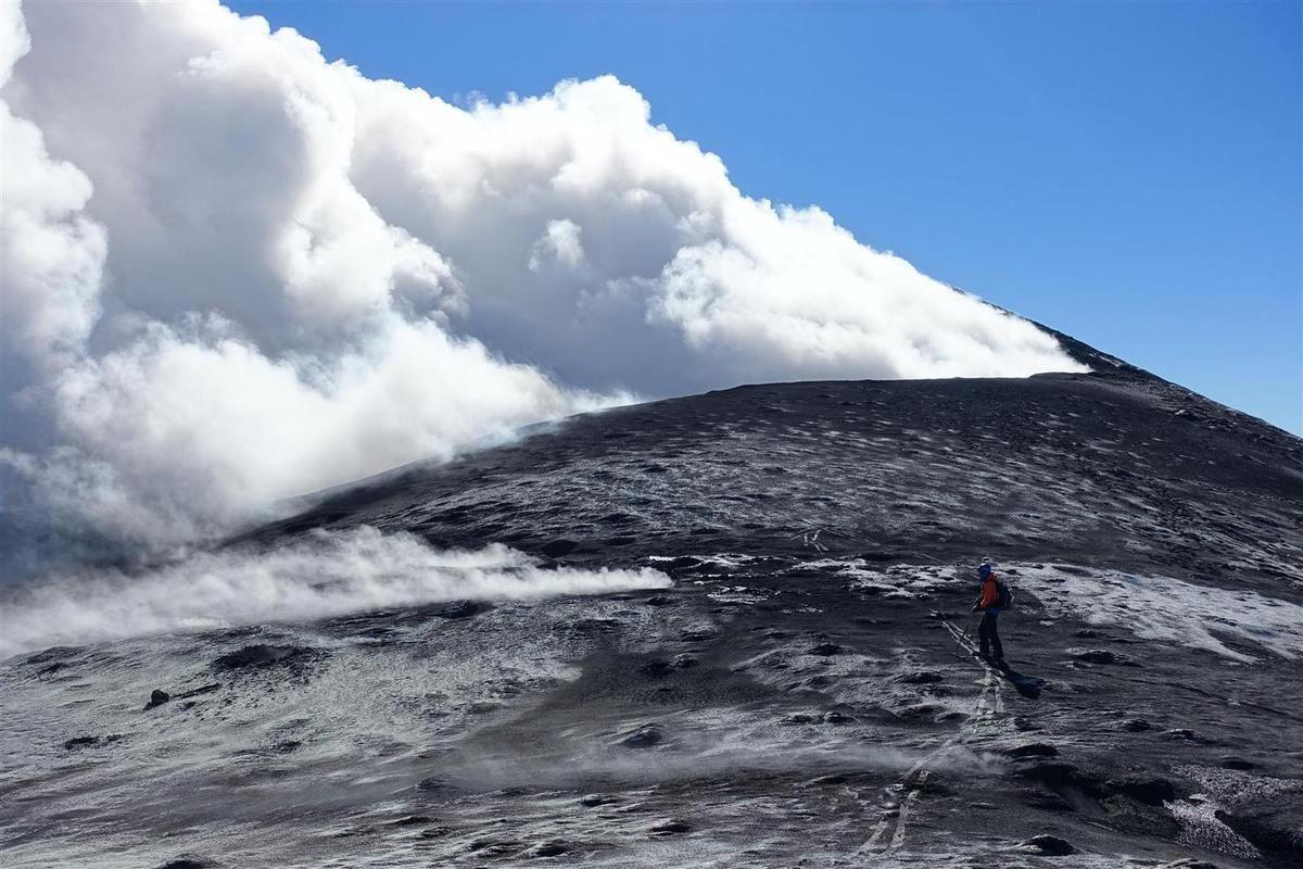 J2 : à 3300 m sur le cratère nord-est, grosse ambiance avec panache de fumées qui sort d'un cratère de 200 mètres de diamètre, entourés par la Méditerranée !