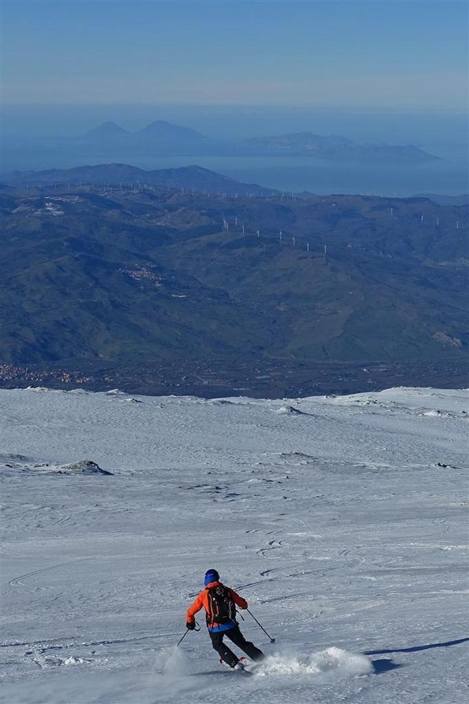 J2 : à la descente, devant la Calabre vers l'est et les îles Eoliennes vers le nord