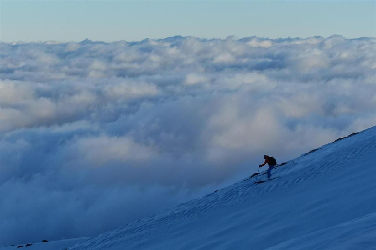 J1 : entre panache de cendres et mer de nuages, sur le versant nord-est du Pizzi Deneri