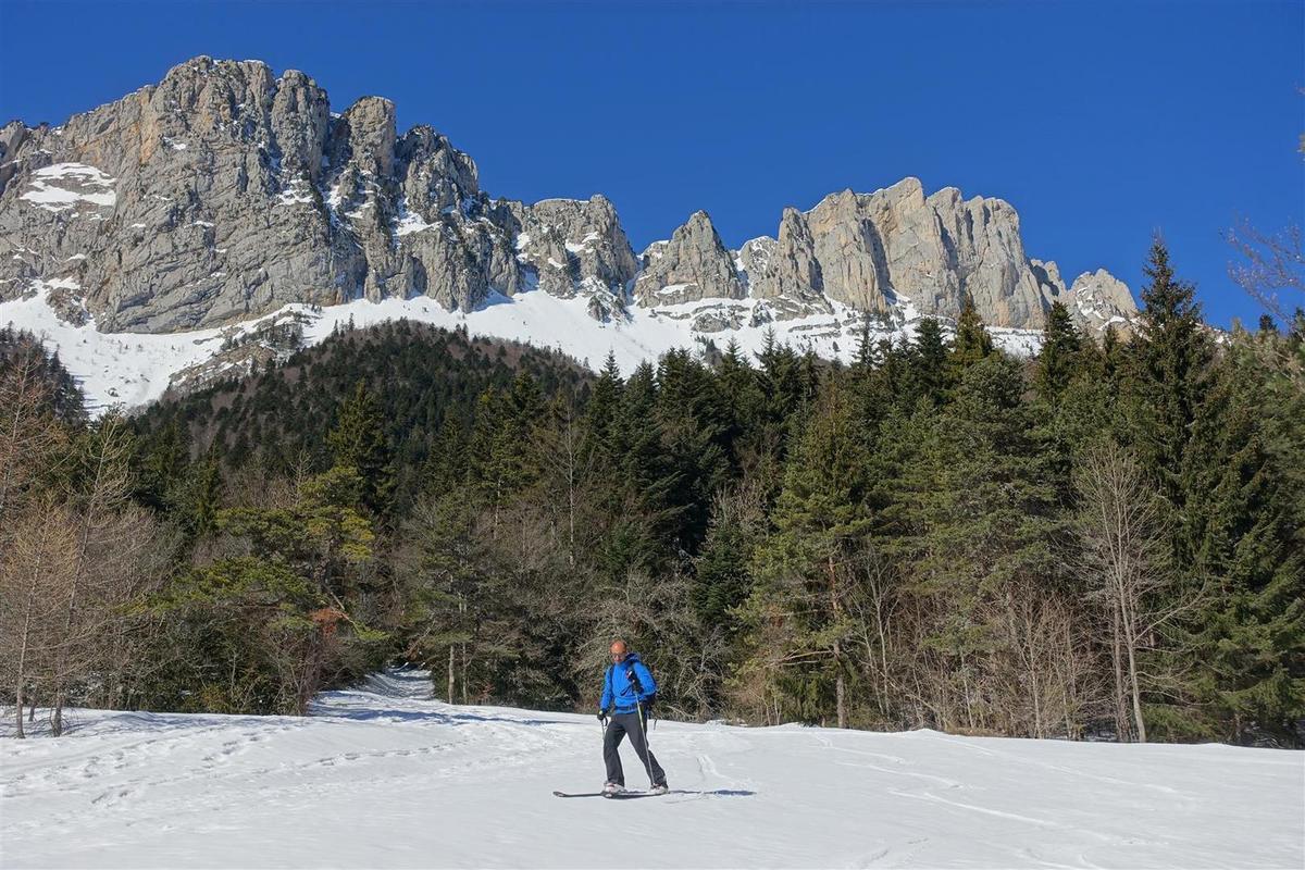 dans la forêt, encore bien skiable malgré sa basse altitude