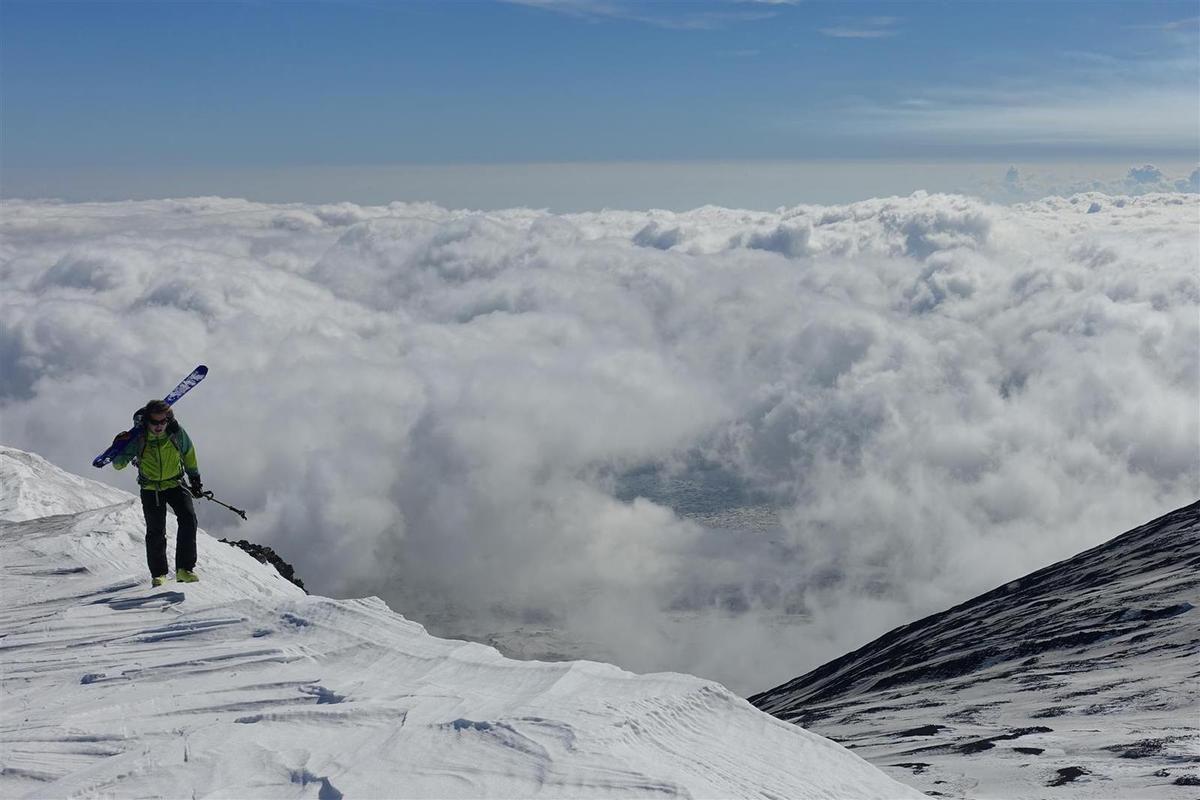 J1 : cônes secondaires, neige cendrée et mer de nuages vers le Pizzi Deneri