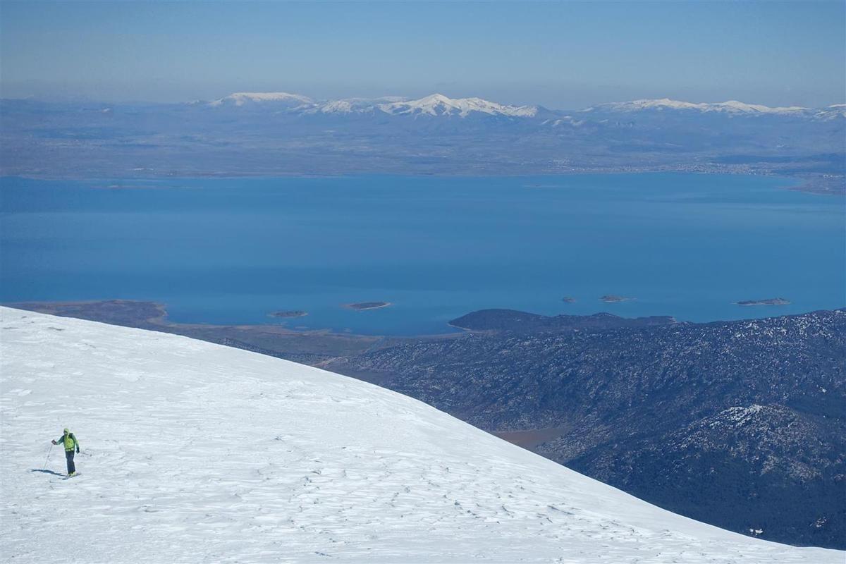 J4 : sur la plateau sommital du Dedegöl, vues sur le grand lac de Beysehir à l'est et les sommets occidentaux du massif
