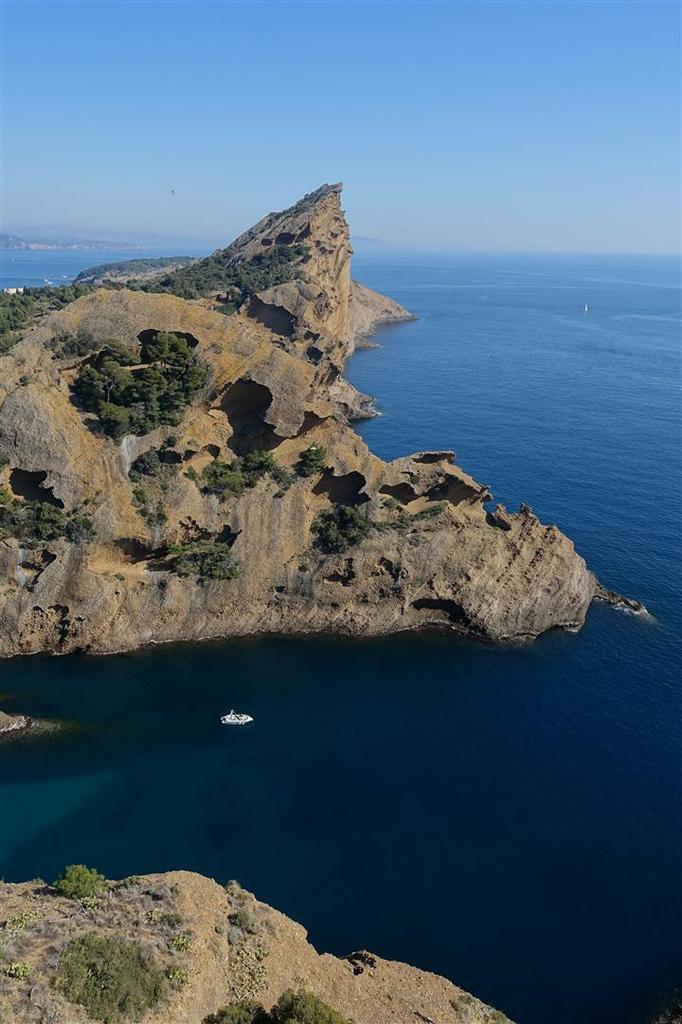 vue du sommet du Rocher sur les falaises du Bec de l'Aigle et la calanque de Figuerolles