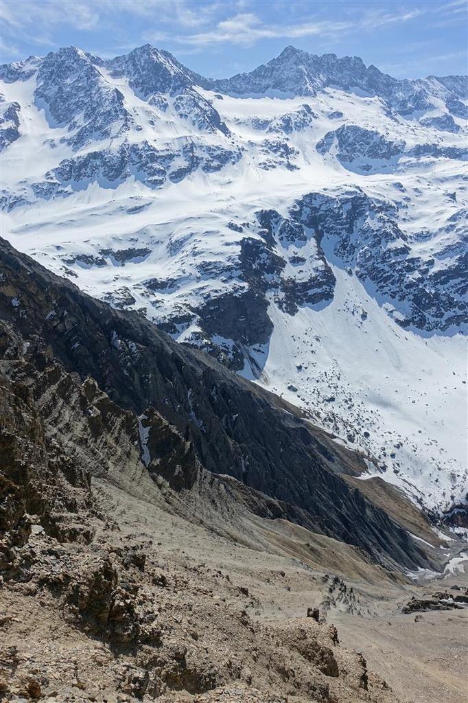 vues plongeantes sur les ravins délités du versant sud des Aiguillettes de Vaujany