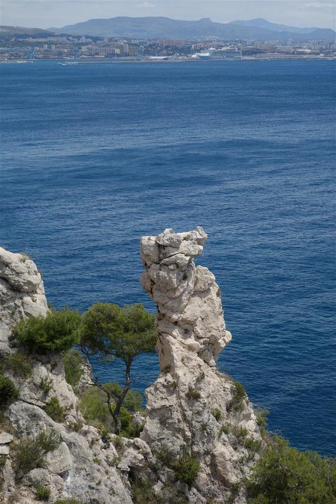 beau point de vue sur la calanque de Figuerolles et les monolithes de dolomie