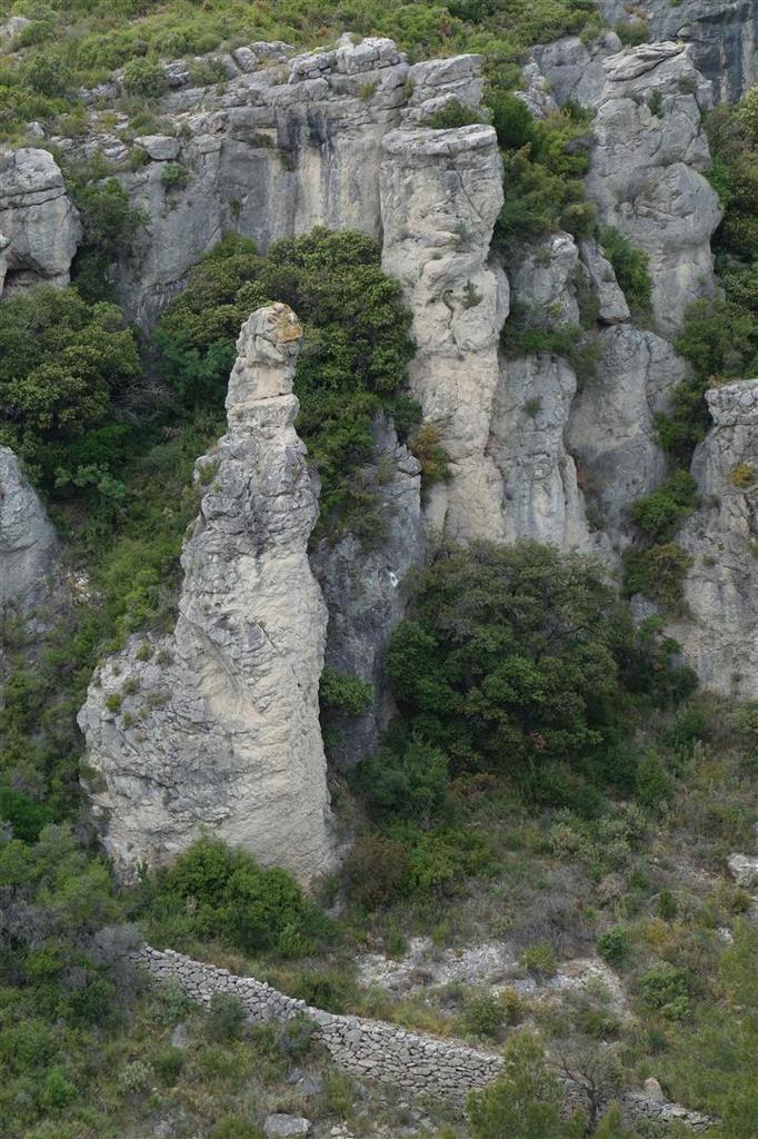 sur le chemin à flanc de falaises et de grottes, vue sur les aiguilles de dolomie