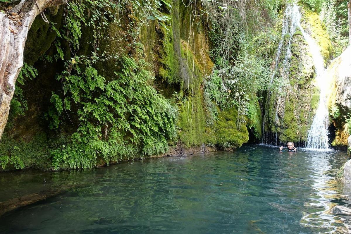 dans la belle vasque (à l'eau très fraîche) sous la cascade du Pont du Diable