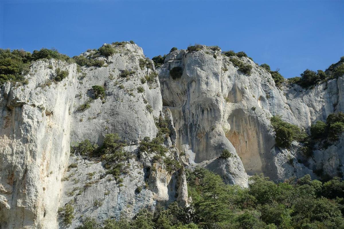 les falaises creusées de baumes du haut vallon de l'Arc