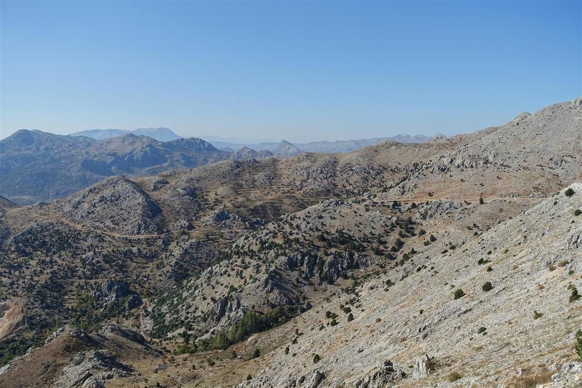 vue du col vers le vallon versant nord et la piste de descente versant sud