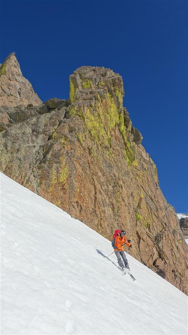 J2 : descente dans le premier couloir sud-est de la Tête de Lusernier, sous le gneiss doré (de lichens)
