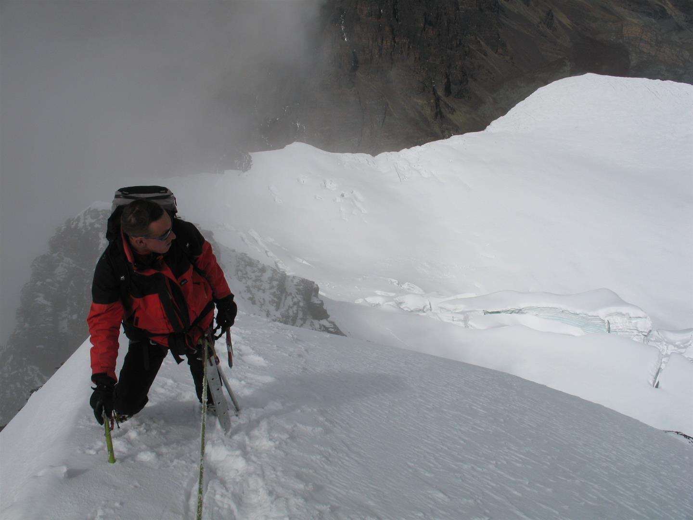 l'arête sommitale aérienne du Condoriri, pieux à neige sur le baudrier