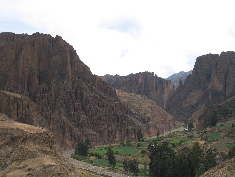 dans l'approche routière depuis La Paz, le magnifique canyon de Palca et le bus aux couleurs locales