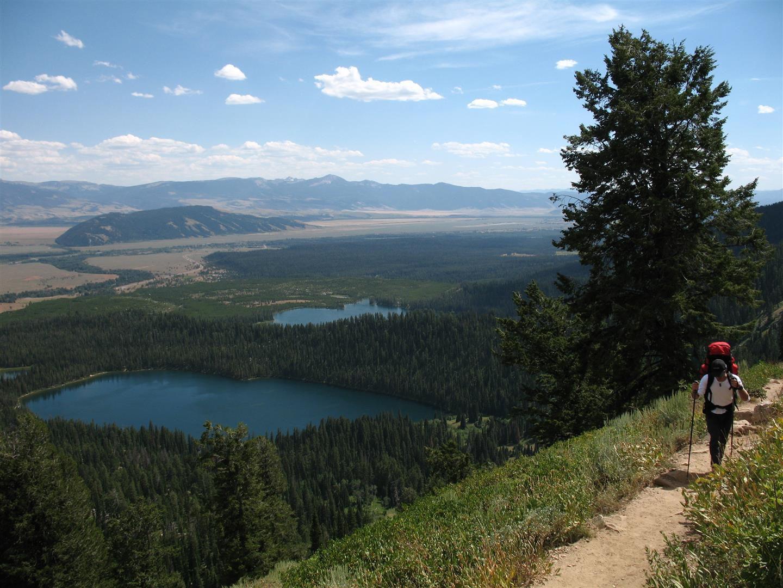 sur le sentier de montée au bivouac, au-dessus des lacs du départ