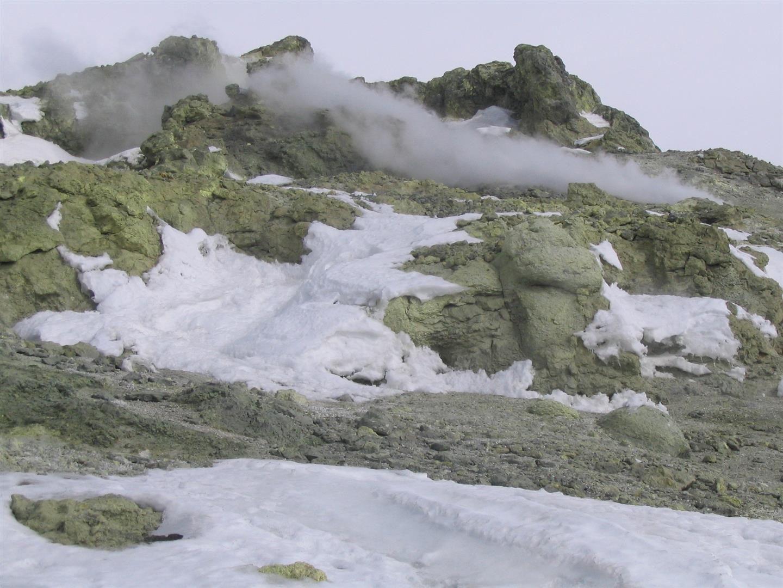 dans les pentes sommitales à 5500 m, la fatigue commence à se faire sentir et des fuites de soufre jaune sur la tuyauterie du Damavand, les émanations sulfurées jointes à l'altitude rendent la respiration particulièrement difficile